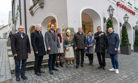 Bayerns Wirtschaftsminister Hubert Aiwanger (Vierter von rechts) besichtigt Waldkirchen; Foto: StMWi/E. Neureuther