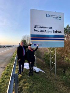 Dr. Heiko Geue, Chef der Staatskanzlei Mecklenburg-Vorpommern, und Peter Kranz, Leiter des Landesmarketings MV, präsentierten die neuen Autobahnschilder; Foto: Staatskanzlei Mecklenburg-Vorpommern/Landesmarketing