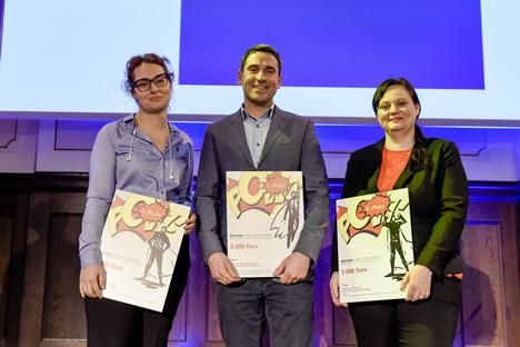 (v.l.) Nino Chinchaladze, Alexander Forchert und Doreen Ehrlich sind die Gewinner des Berliner Absolventenpreises bei der Preisverleihung beim Infora Anwenderforum in Berlin; Foto: Materna