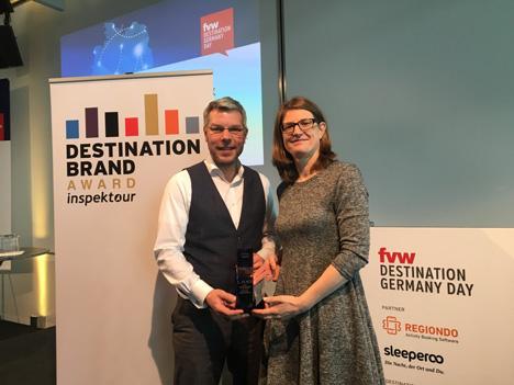 """Haben bereits zum vierten Mal den Destination Brand Award vergeben (v.l.): Ralf Trimborn von inspektour, Sabine Pracht von """"fvw""""; Foto: inspektour GmbH"""