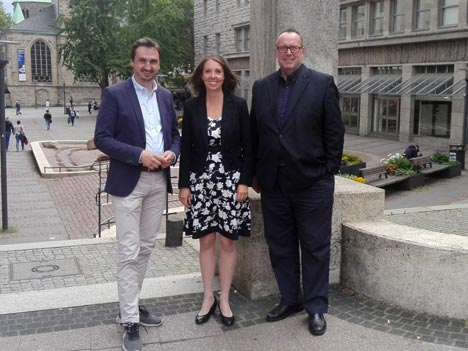 Svenja Krämer mit den EMG-Geschäftsführern Richard Röhrhoff (links) und Dieter Groppe; Foto: EMG