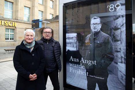 """Karin Wieckhorst, Fotografin der Porträts, und Bürgerrechtler Uwe Frauendorf vor einem Plakat der Kampagne """"'89. Freiheit zur Veränderung. Menschen in Leipzig"""" ; Foto: Andreas Schmidt"""