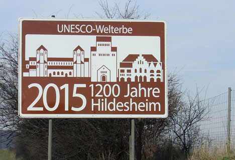 Touristisches Hinweisschild an der A 7 wirbt für das Hildesheimer Stadtjubiläum Bild