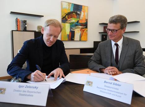 (v.l.) Igor Zelensky, Direktor des Bayerischen Staatsballetts, und Staatsminister Bernd Sibler bei der Vertragsunterzeichnung; Foto: StMWK