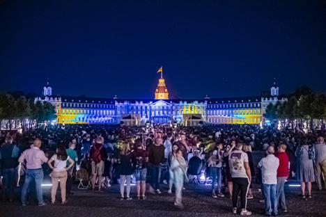 """Medienkunstwerk im Herzen der Stadt: Das Lichtkunstfestival """"Schlosslichtspiele"""" zog bislang 1,7 Millionen Menschen nach Karlsruhe; Foto: Artis - Uli Deck"""