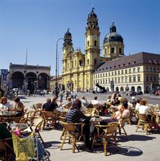 München mit Sehenswürdigkeiten wie der Theatinerkirche verzeichnete im Jahr 2018 rund 8,8 Millionen Übernachtungen aus dem Inland; Christl Reiter