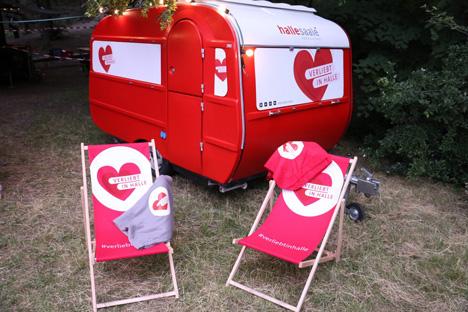 """Der Wohnwagen ist ebenso wie das exklusive Dinner auf den Hausmannstüren wichtiger Bestandteil der """"Verliebt in Halle""""-Kampagne; Foto: Stadtmarketing Halle (Saale)"""
