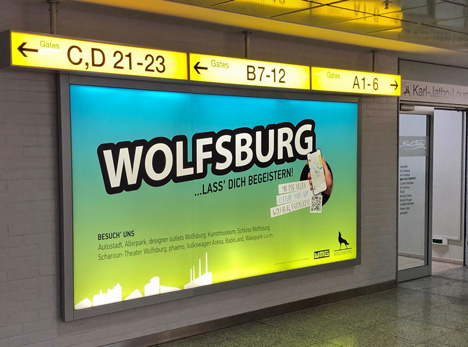 Das Motiv der WMG Wolfsburg ist zwischen den Abflugterminals A und B des Flughafens Hannover zu sehen; Foto: WMG Wolfsburg