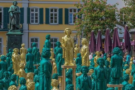 Die rund einen Meter hohen Beethoven-Figuren sind ab sofort auf dem Bonner Münsterplatz zu sehen; Foto: City-Marketing Bonn e.V. / Bürgeraktion Unser Ludwig